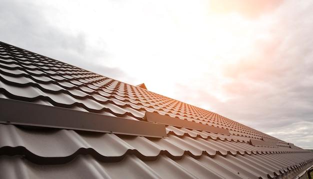 Blick auf das dach aus metallfliesen