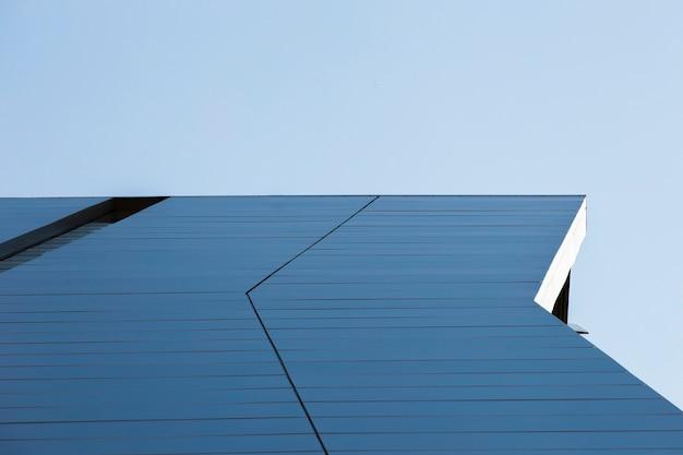Blick auf das dach des blauen gebäudes