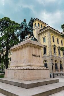 Blick auf das denkmal des dichters dante alighieri auf der piazza dei signori in verona, italien