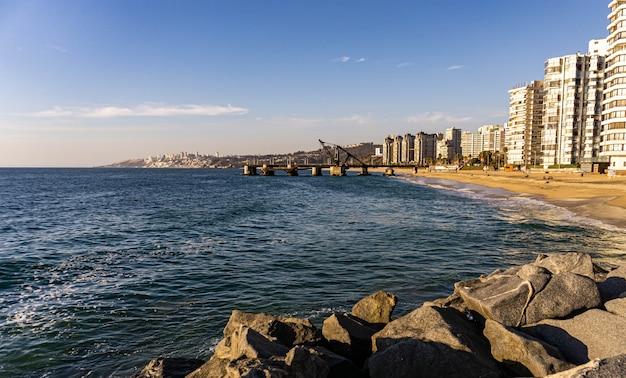 Blick auf das dock von vina del mar vergara mit gebäuden an der seite