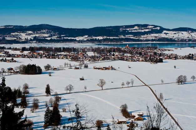 Blick auf das feld und die berge in schwangau, deutschland.