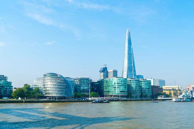 Blick auf das finanzviertel von london vom meer aus