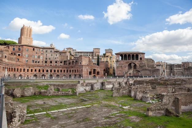Blick auf das forum romanum, fokus auf den saturn-tempel im vordergrund