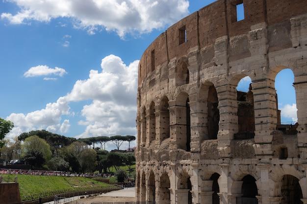 Blick auf das große römische kolosseum kolosseum, kolosseo, auch bekannt als flavian amphitheater. berühmtes wahrzeichen der welt. rom. italien. europa