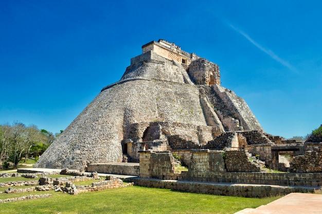 Blick auf das haus des adivino. uxmal archäologische stätte in yucatan. schöne touristische gegend.