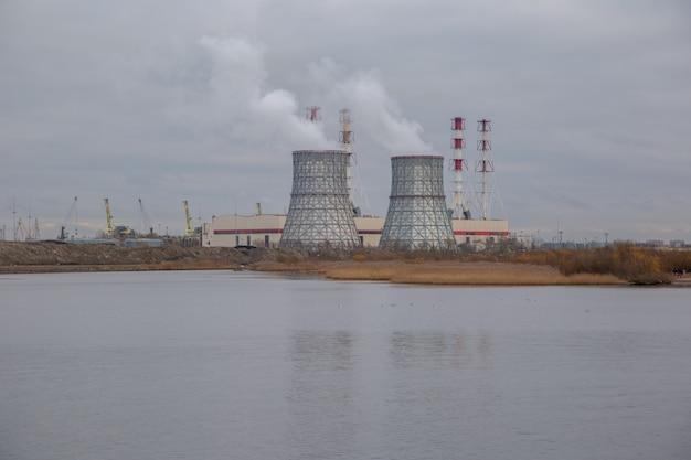 Blick auf das heizkraftwerk am see