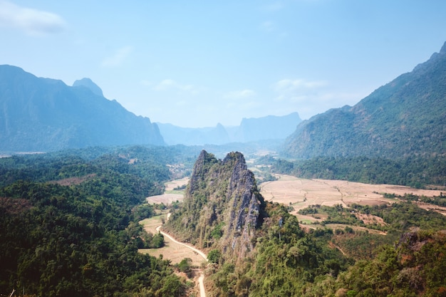 Blick auf das karstgebirge vom aussichtspunkt nam xay aus unter dem sonnenlicht in vang vieng in laos
