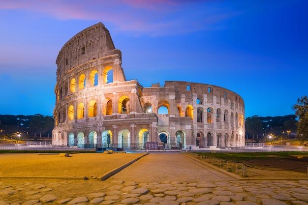 Blick auf das kolosseum in rom in der dämmerung, italien, europa.