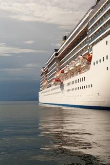 Blick auf das kreuzfahrtschiff