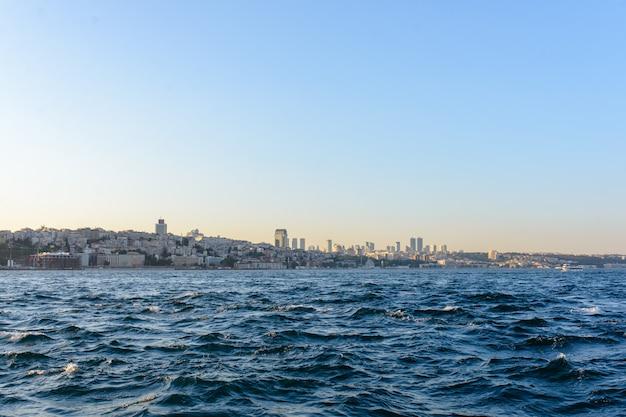 Blick auf das linke türkische ufer durch den bosporus. türkei, istanbul 23.08.2019