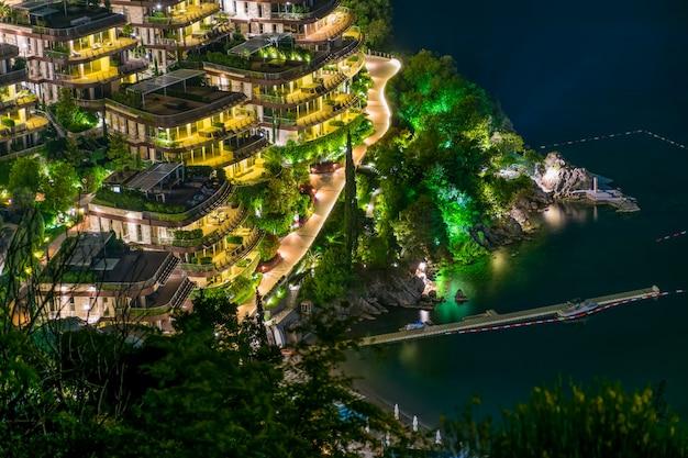 Blick auf das malerische hotel vom gipfel des berges