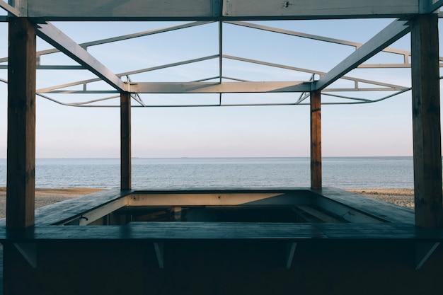 Blick auf das meer durch einen hölzernen pavillon