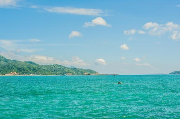 Blick auf das nha trang und die hügel vom kap hon chong, gartenstein, beliebte touristenziele in nha trang. vietnam