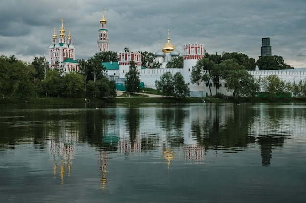 Blick auf das novodevichy-kloster über den teich