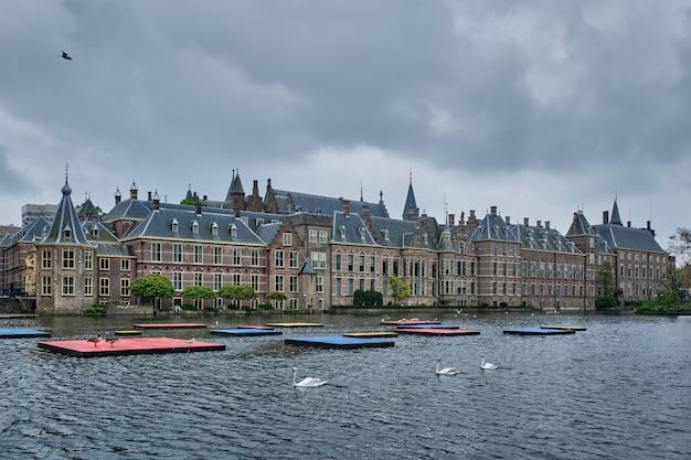 Blick auf das parlamentsgebäude binnenhof und den see hofvijver mit schwänen. den haag, niederlande