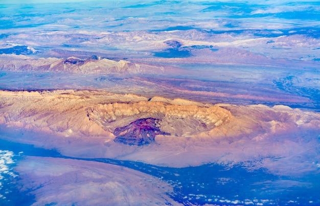 Blick auf das persische plateau im iran aus einem flugzeug