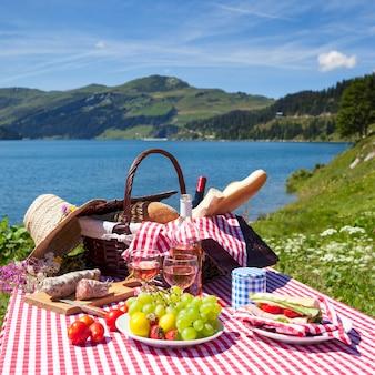 Blick auf das picknick in den französischen alpenbergen