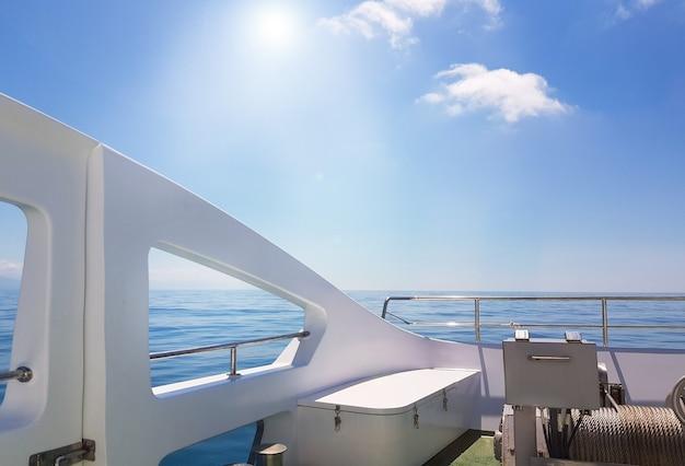 Blick auf das ruhige meer vom deck einer luxusyacht, das konzept der entspannung auf dem wasser und eine romantische reise