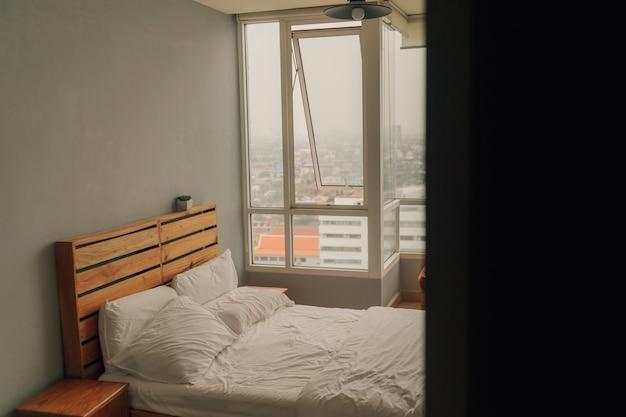 Blick auf das schlafzimmer der wohnung in warmer atmosphäre von der ecke.