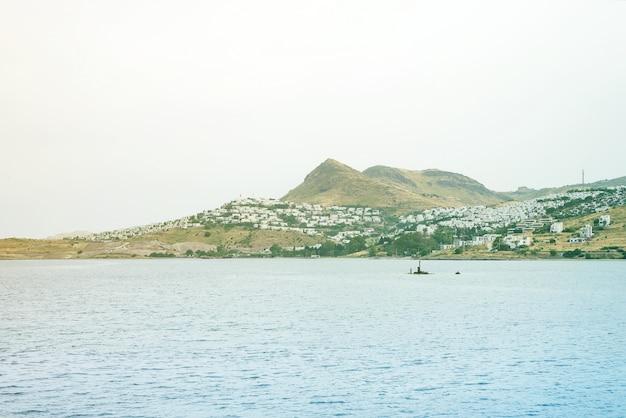 Blick auf das schöne meer, die stadt und die berge im turgutreis bodrum