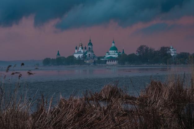 Blick auf das spaso-yakovlevsky-kloster in rostov veliky von neros see bei einem sonnenuntergang.