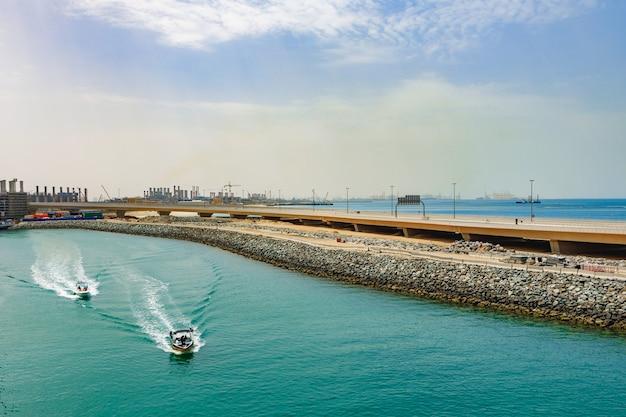 Blick auf das speed-motorboot, das in der nähe der küste mit hoher geschwindigkeit fährt