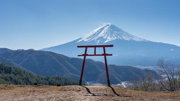 Blick auf das torii-tor des asama-schreins mit dem berg fuji