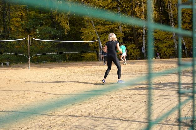Blick auf das volleyballfeld im park.