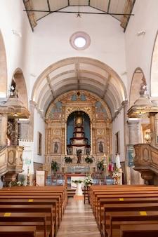 Blick auf das wahrzeichen der kirche von sao pedro in faro, portugal.