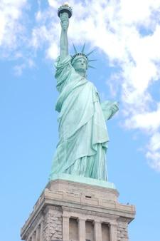 Blick auf das wahrzeichen die freiheitsstatue ist am bekanntesten in new york, usa.
