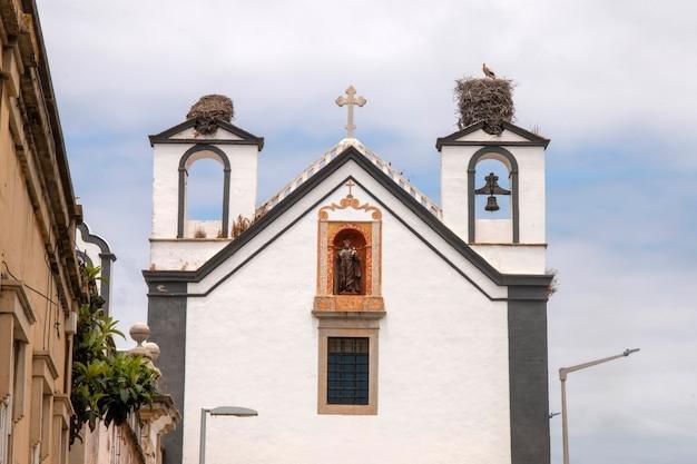 Blick auf das wahrzeichen kloster santo antonio dos capuchos in faro, portugal.