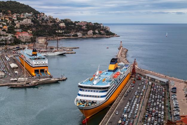 Blick auf den alten hafen von nizza frankreich große kreuzfahrtschiffe und geparkte autos am dock