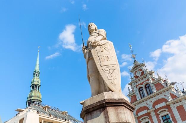 Blick auf den altstädter ring, die roland-statue, das schwarzhäupterhaus und die st. peters kathedrale