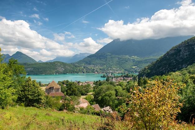 Blick auf den annecy-see in den französischen alpen