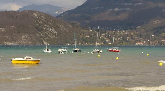 Blick auf den annecy see mit segelbooten