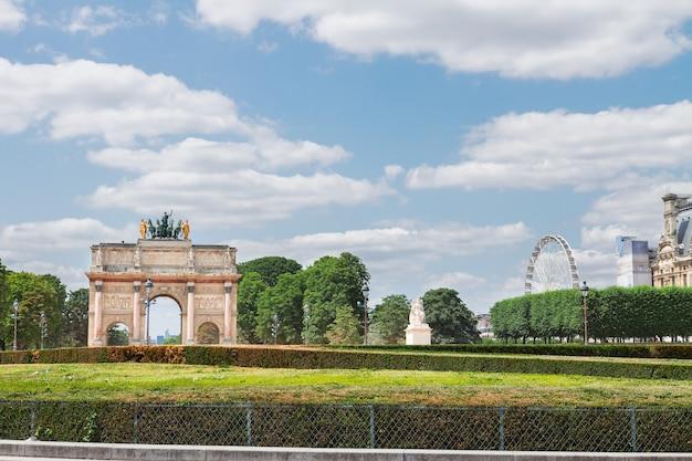 Blick auf den arc de triomphe du carrousel und den tuileriengarten am sonnigen tag, paris, frankreich