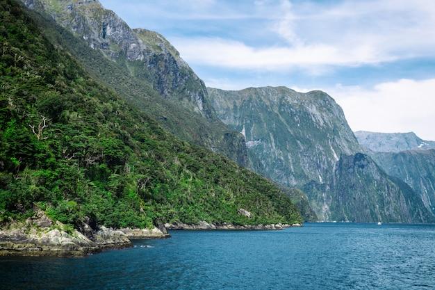 Blick auf den beginn des milford sound fjords von der tasmanischen see
