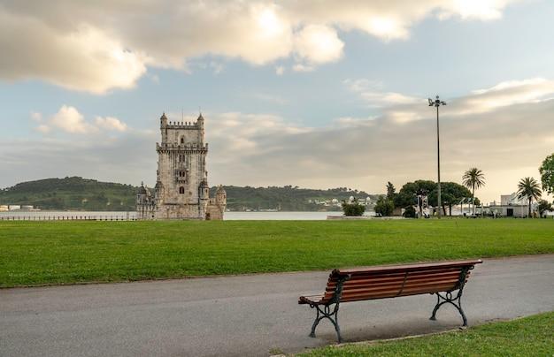 Blick auf den belem-turm in lissabon, portugal von einer gartenbank.