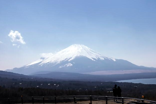 Blick auf den berg. fuji am see yamanaka-ko.