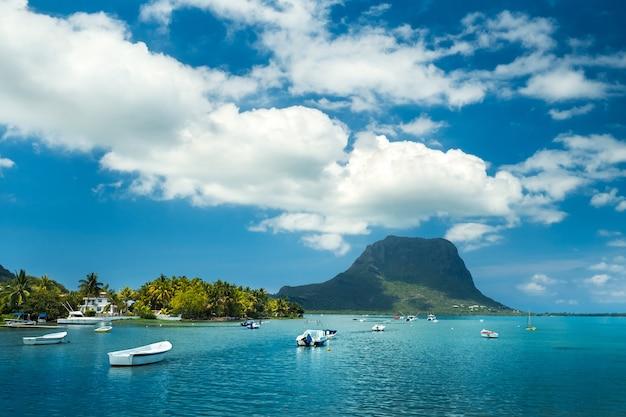 Blick auf den berg in le morne brabant und die bucht mit booten auf der insel mauritius im indischen ozean