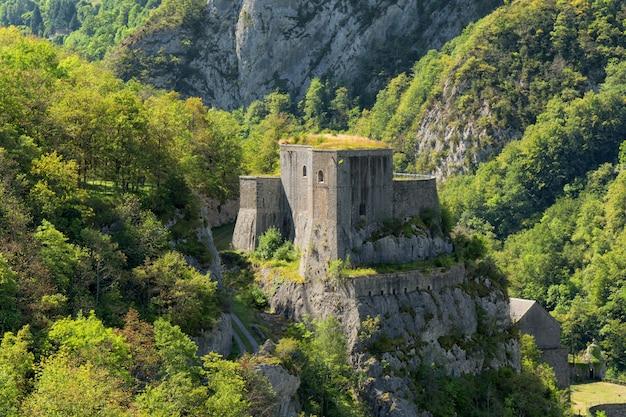 Blick auf den berg mit fort du portalet auf den französischen pyrenäen