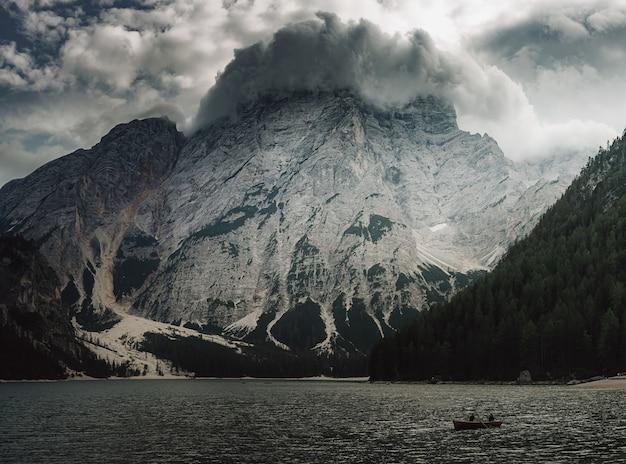 Blick auf den berg vom see in den dolomiten