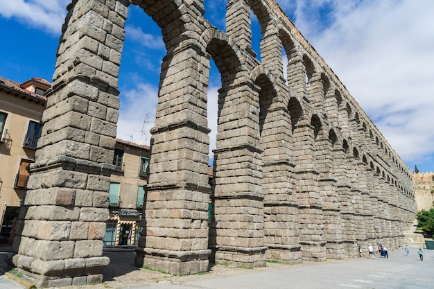 Blick auf den berühmten aquädukt von segovia.