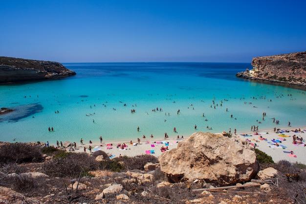 Blick auf den berühmtesten seeort von lampedusa, spiaggia dei conigli