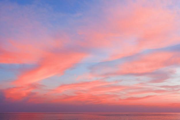 Blick auf den blau-rosa himmel mit wolken bei sonnenuntergang
