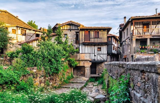 Blick auf den brückeneingang zum malerischen ländlichen dorf la alberca in salamanca, spanien.
