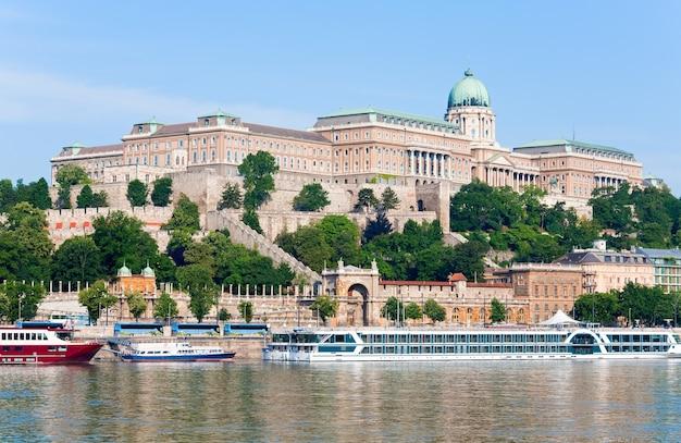Blick auf den budapester königspalast am morgen