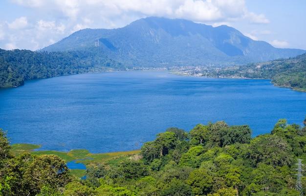 Blick auf den buyan-see (danau buyan) von oben. landschaft mit see- und bergblick. bedugul, buleleng, bali, indonesien.