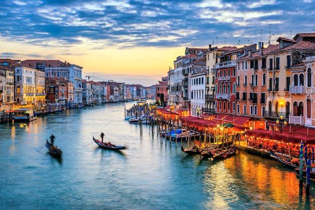 Blick auf den canal grande mit gondeln bei sonnenuntergang in venedig