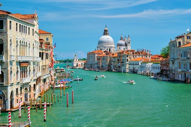 Blick auf den canal grande von venedig und die kirche santa maria della salute bei sonnenuntergang